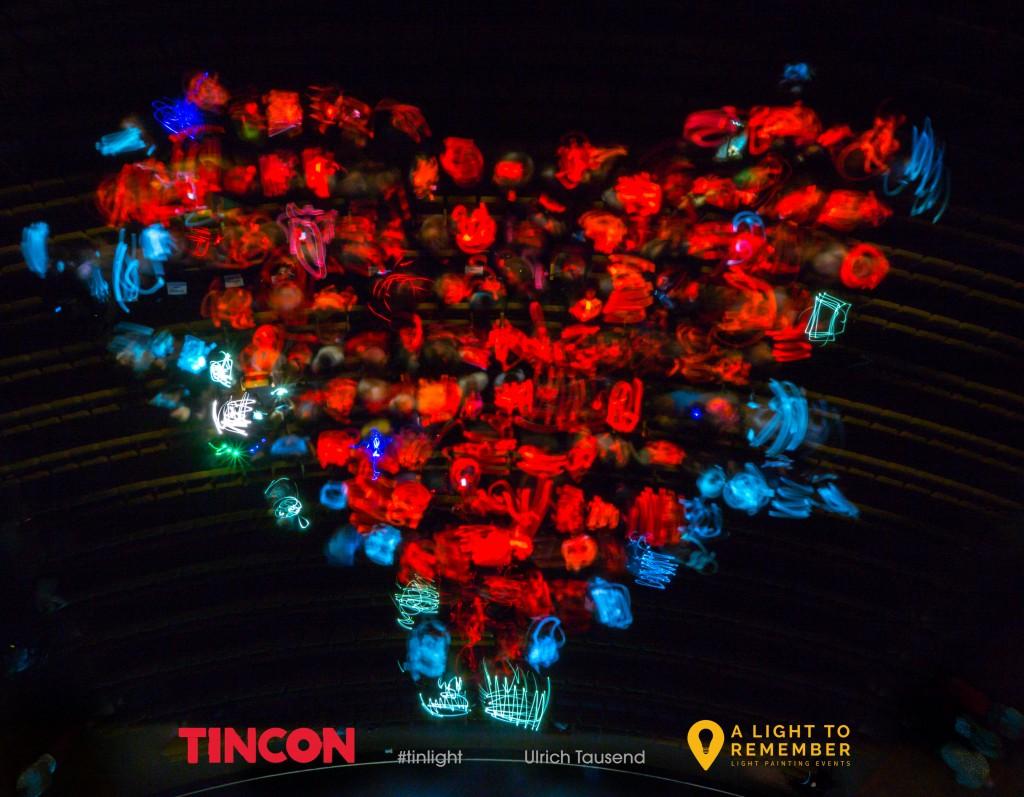 #tinlight: Ein Herz gemalt mit Handylichtern. Herz #2