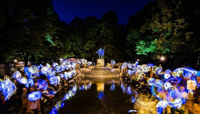 Blau und golden leuchten hunderte Menschen mit ihren Handies - ein glänzendes Symbol für Europa.